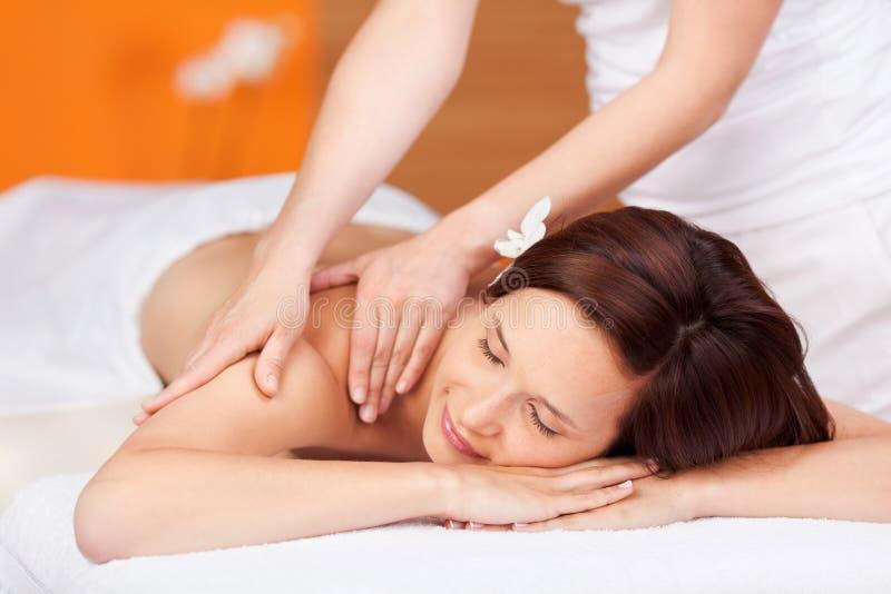Kvinna under massage royaltyfria bilder