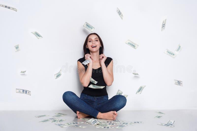 Kvinna under pengarregn, lotterijackpott, framgång arkivfoton