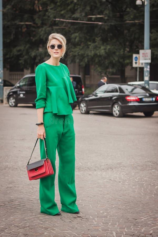 Kvinna utanför Cavalli modeshower som bygger för Milans Womens modeveckan 2014 arkivbild