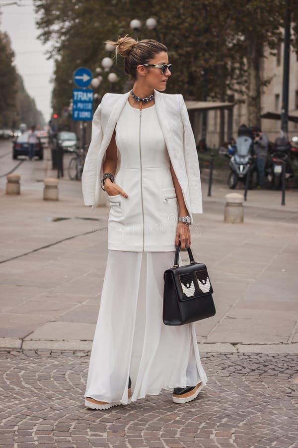 Kvinna utanför Cavalli modeshower som bygger för Milans Womens modeveckan 2014 royaltyfri bild