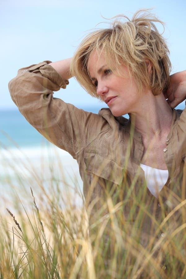 Kvinna vid havet fotografering för bildbyråer
