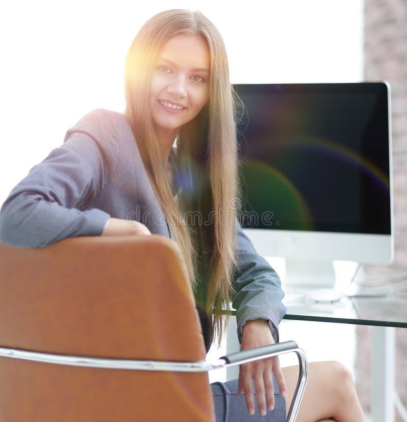 Kvinnaadministratörsammanträde på arbetsplatsen royaltyfri bild