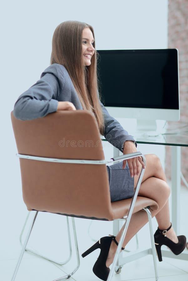 Kvinnaadministratörsammanträde på arbetsplatsen royaltyfria foton