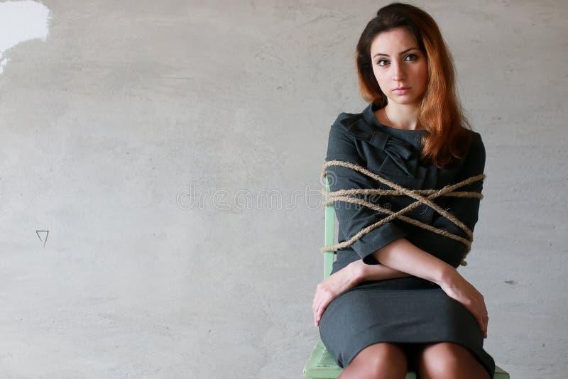 Kvinnaaffärsmansammanträde på stol förband arbetsnarkomanbegrepp royaltyfri bild