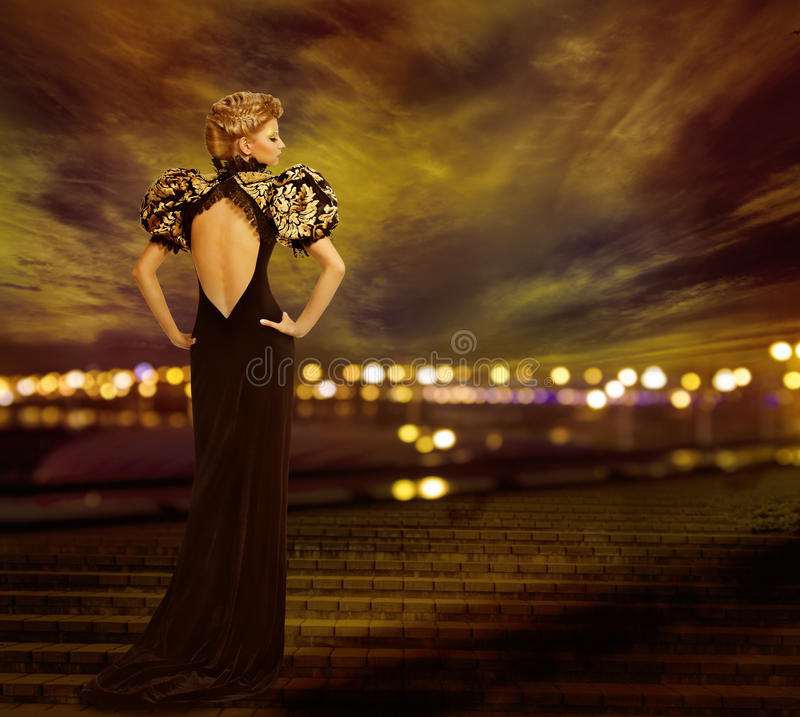 Kvinnaaftonklänning, stadsnattljus, modemodell Gown royaltyfri foto