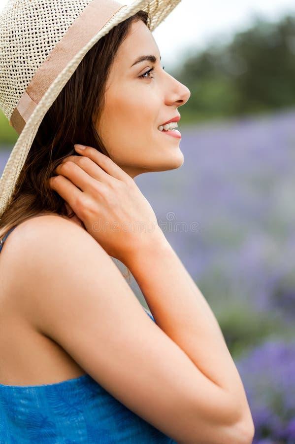 Kvinnaanseende i ett fält av lavendel royaltyfri fotografi