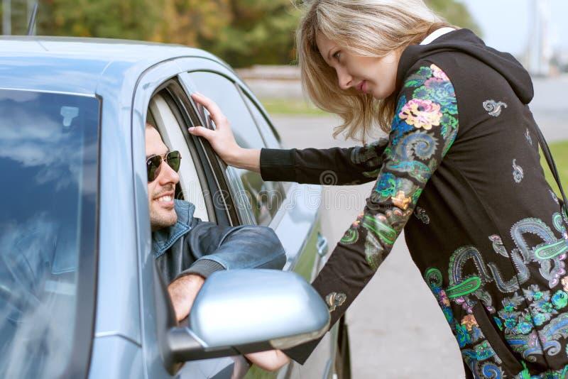 Kvinnaanseende nära en bil royaltyfri fotografi