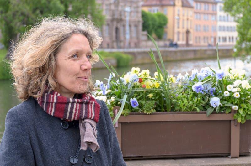 Kvinnaanseende som tillsammans med kopplar av en flod arkivfoton