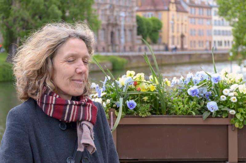 Kvinnaanseende som tillsammans med kopplar av en flod fotografering för bildbyråer