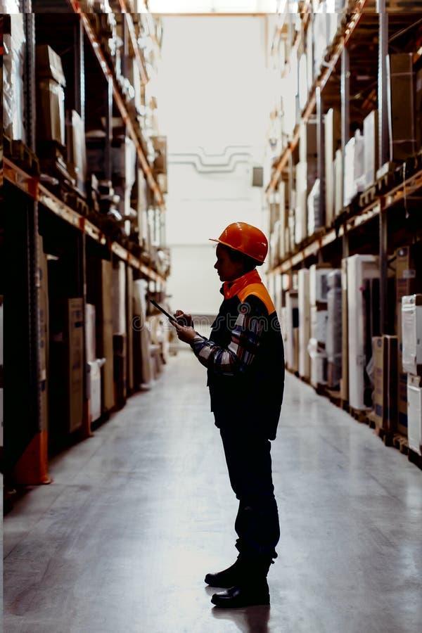 Kvinnaarbetare i lager arkivbilder