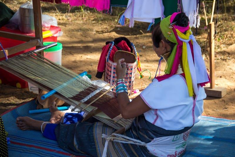 Kvinnaarbete handcraft Thailand longneckcirklar arkivfoto