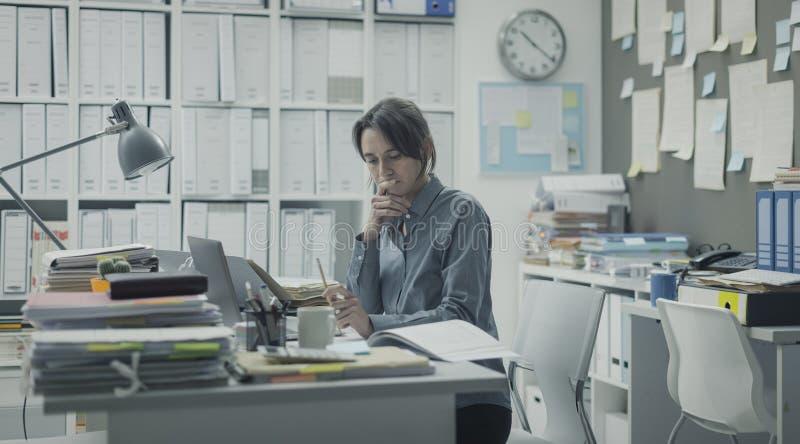 Kvinnaarbete i kontoret royaltyfri foto
