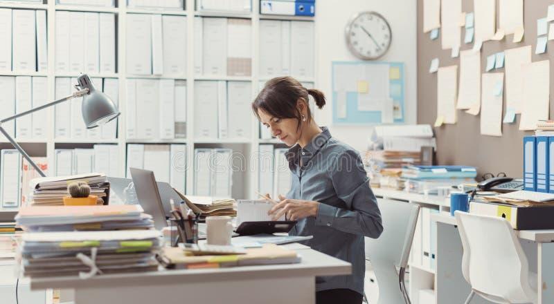 Kvinnaarbete i kontoret arkivbild