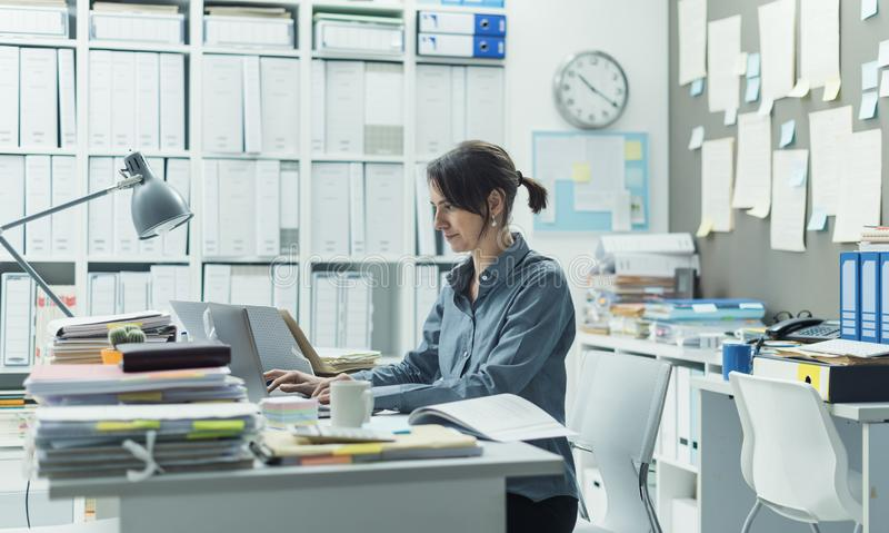 Kvinnaarbete i kontoret arkivbilder
