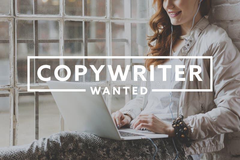 Kvinnaarbete som frilans- copywriter arkivfoto