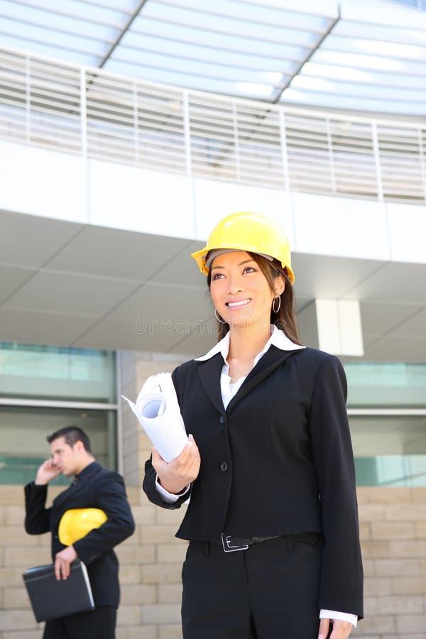 Kvinnaarkitekt på konstruktionslokal arkivbild