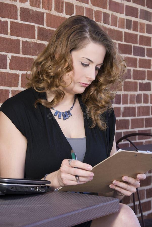 Kvinnaarkivering ut en datalista arkivfoton