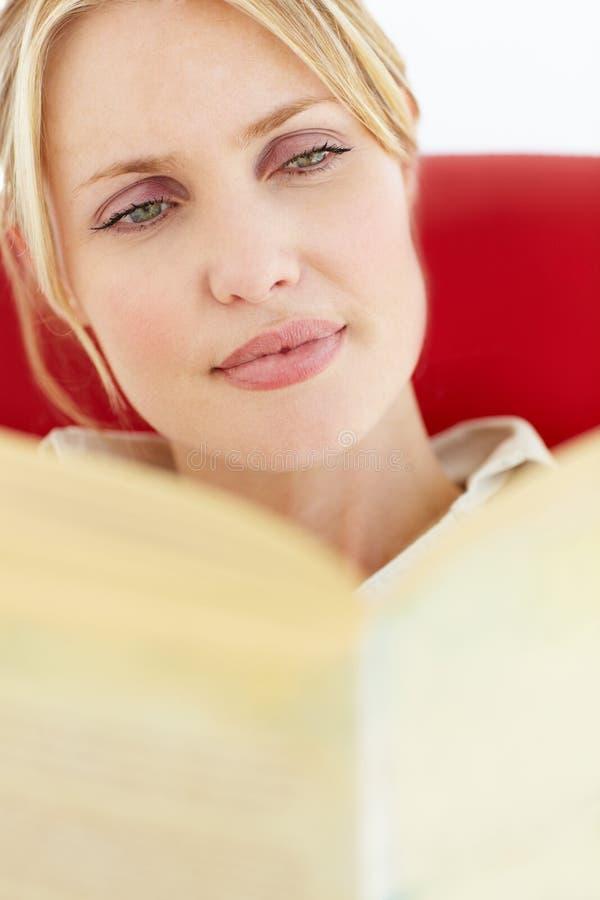 Kvinnaavläsningsbok arkivfoton