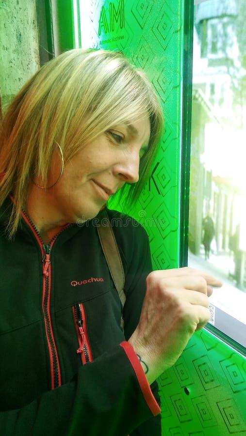 kvinnaavsikt på att köpa på en varuautomat arkivfoton