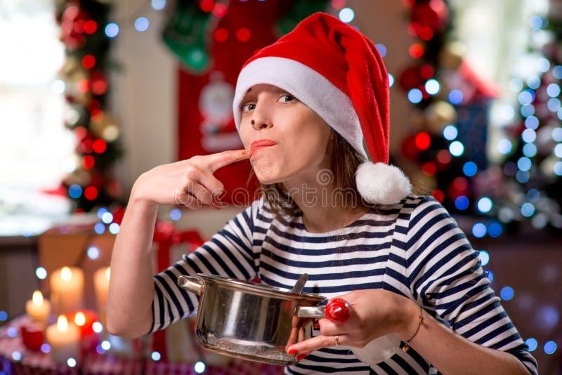 Kvinnaavsmakning något som är smaklig på jul arkivfoto