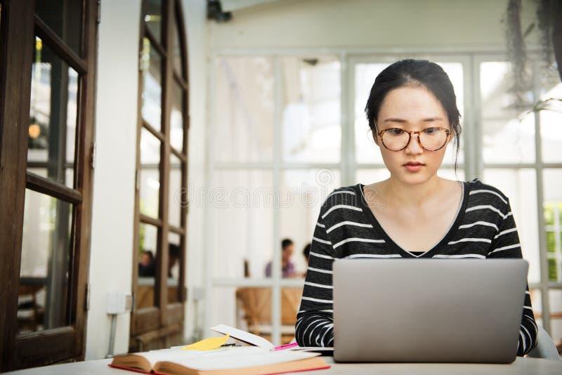 Kvinnabärbar dator som söker begrepp för forskninganslutningsteknologi royaltyfri bild