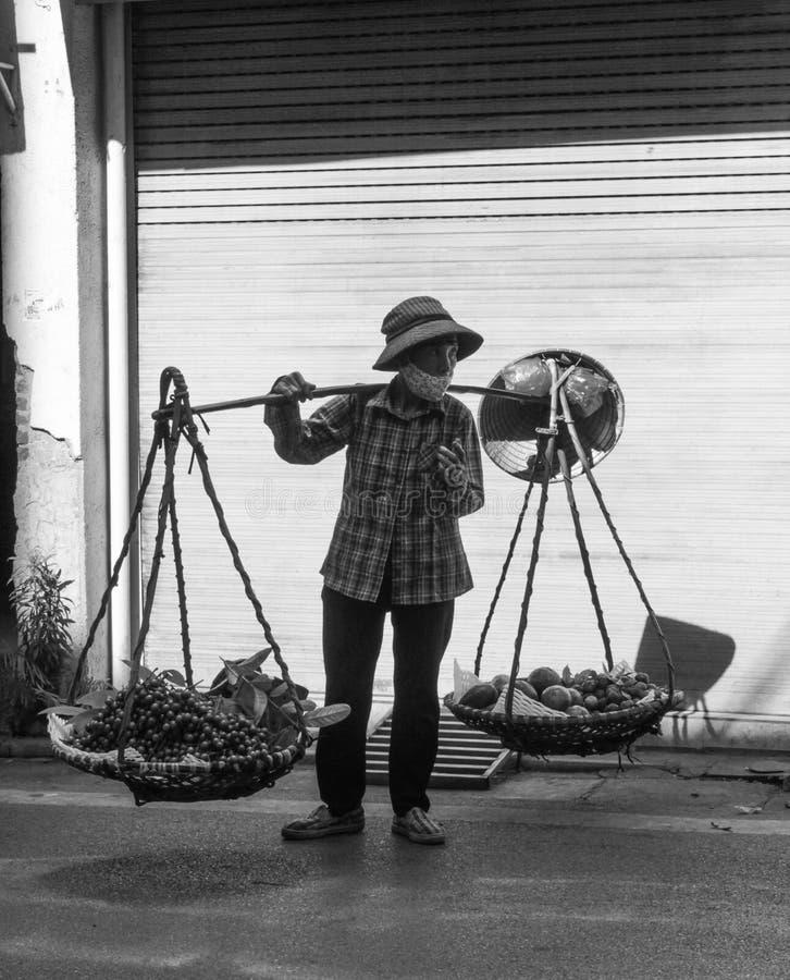 Kvinnabäverskinn i den Hang Da gatan, Hanoi stad, Vietnam - 7 Juli, 2018 royaltyfri bild