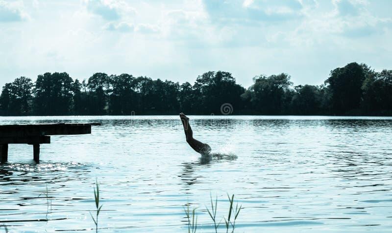 Kvinnabanhoppning in i sjön arkivbild