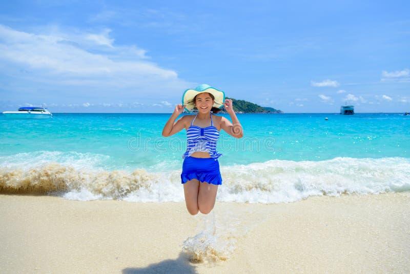 Kvinnabanhoppning med lyckligt på stranden på Thailand royaltyfri bild