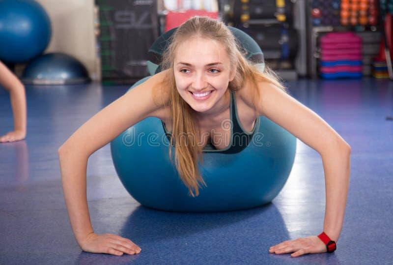 Kvinnabanhoppning på övningsboll under gruppdrevet arkivfoton