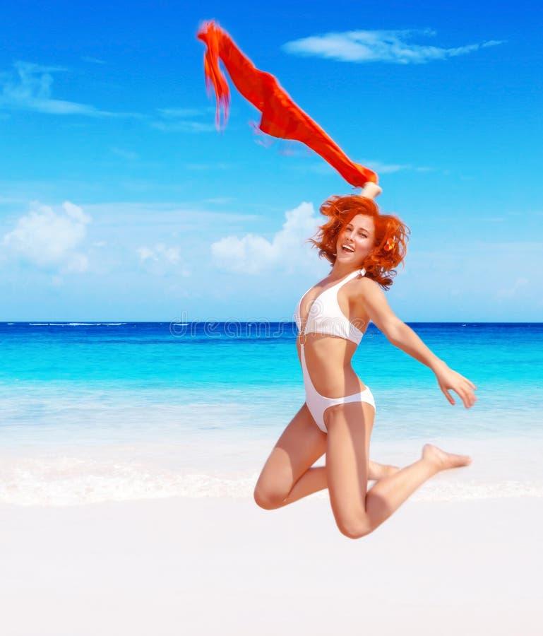 Kvinnabanhoppning på stranden royaltyfria bilder
