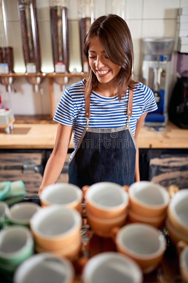 Kvinnabaristaarbete i coffee shop royaltyfri bild