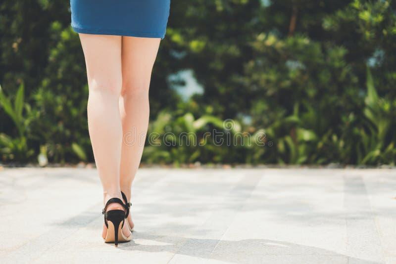 Kvinnaben i mini- kjol och hög häl arkivbild