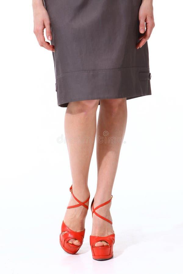 Kvinnaben i röda skor för höga häl fotografering för bildbyråer
