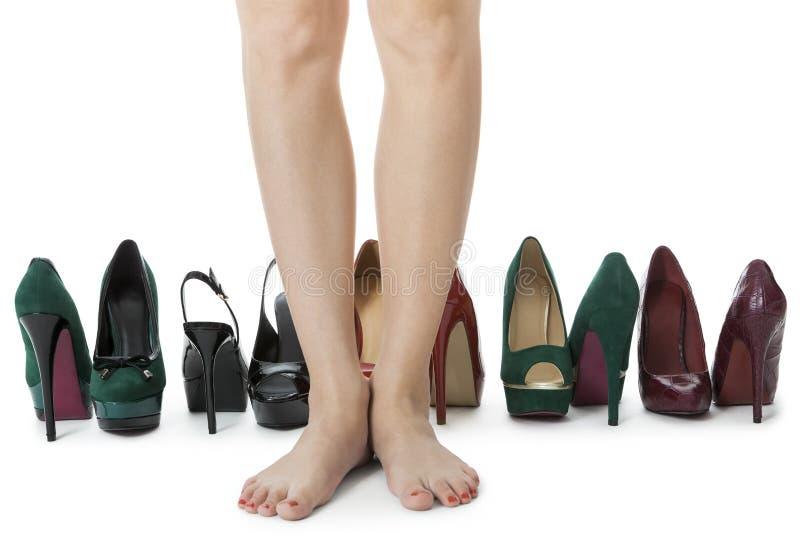 Kvinnaben i röda skor mellan andra höga häl fotografering för bildbyråer