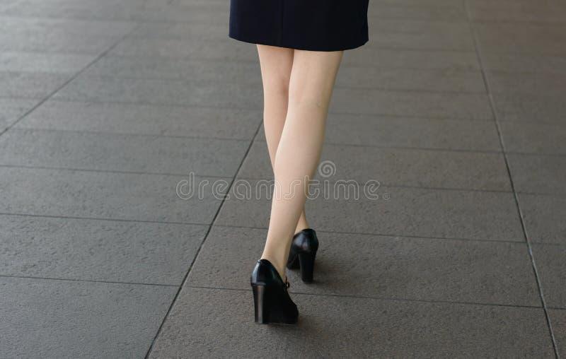 Kvinnaben i skor fotografering för bildbyråer