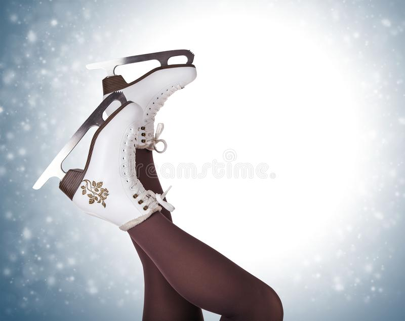 Kvinnaben i skridskoåkningkängor royaltyfria bilder