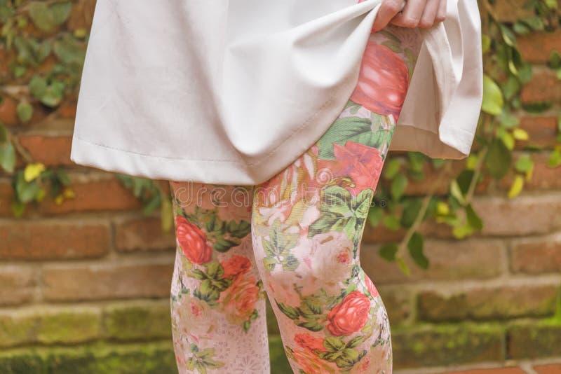 Kvinnaben med damasker för blom- tryck arkivbilder