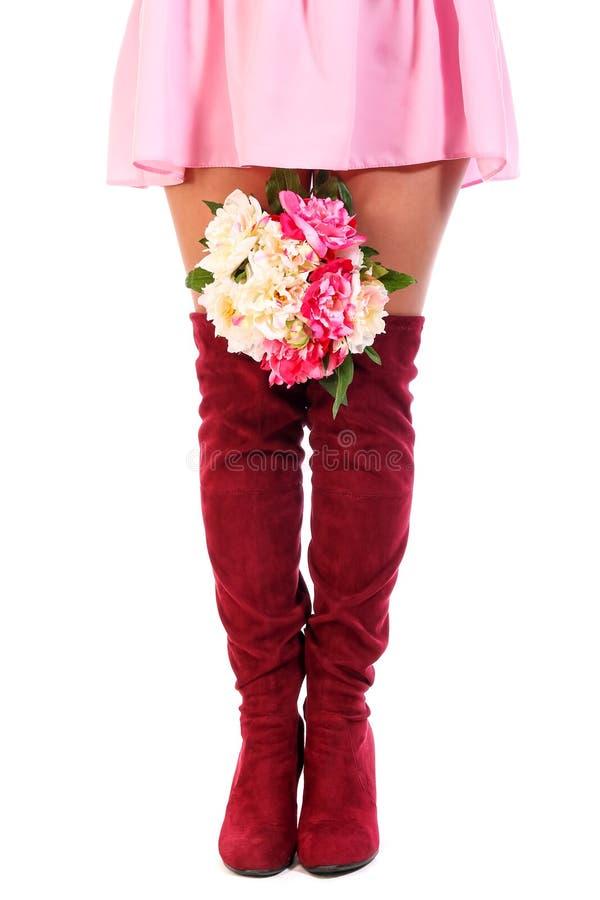 Download Kvinnaben Med En Grupp Av Blommor Fotografering för Bildbyråer - Bild av mode, flicka: 106839103