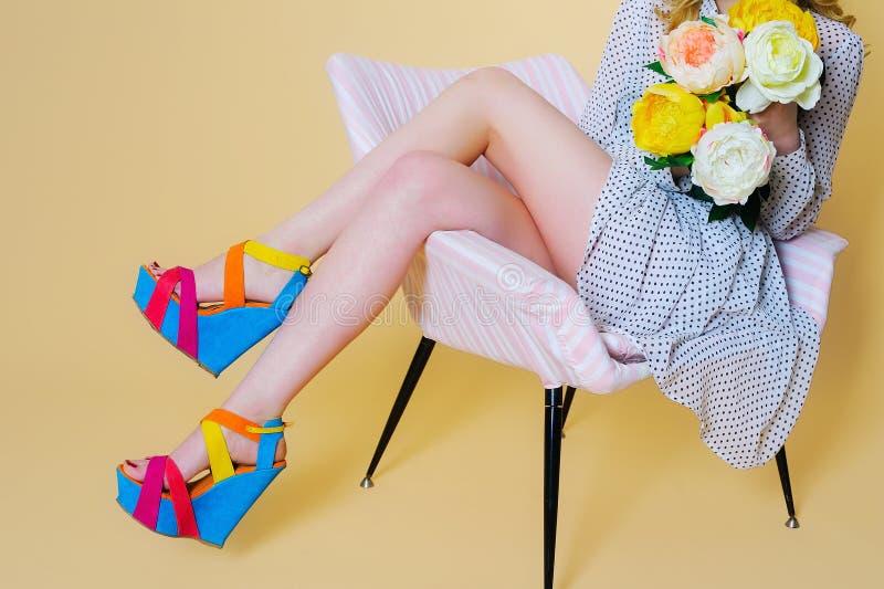 Kvinnaben och ljusa modeplattformskor fotografering för bildbyråer