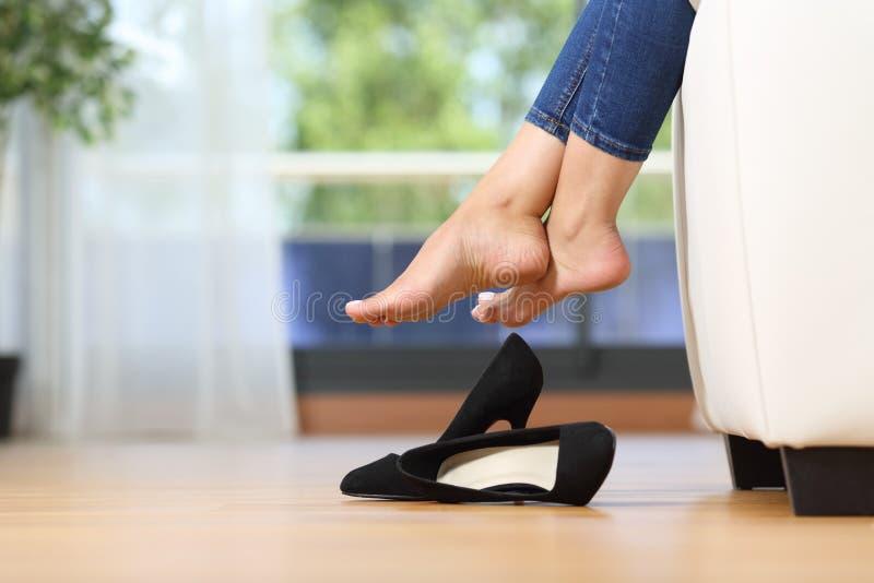 Kvinnaben och skor som hemma vilar på en soffa royaltyfri fotografi