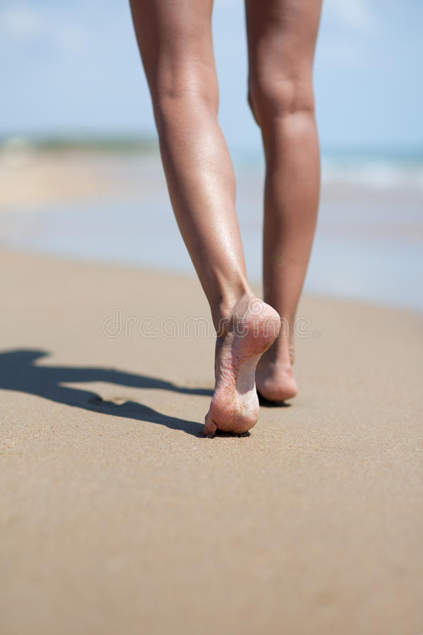 Kvinnaben på sand fotografering för bildbyråer