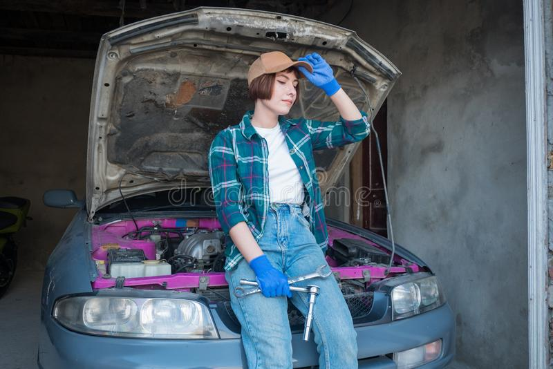 Kvinnabilmekaniker på arbete arkivbilder