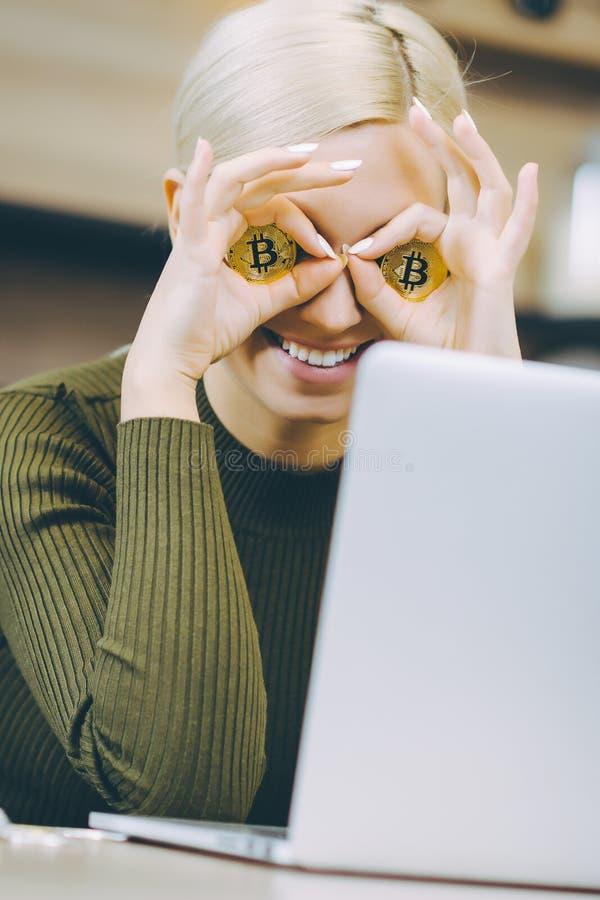 Kvinnabitcoinbärbar dator royaltyfria foton