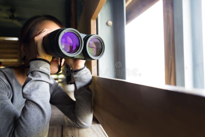Kvinnabruk av det binokulärt arkivfoton