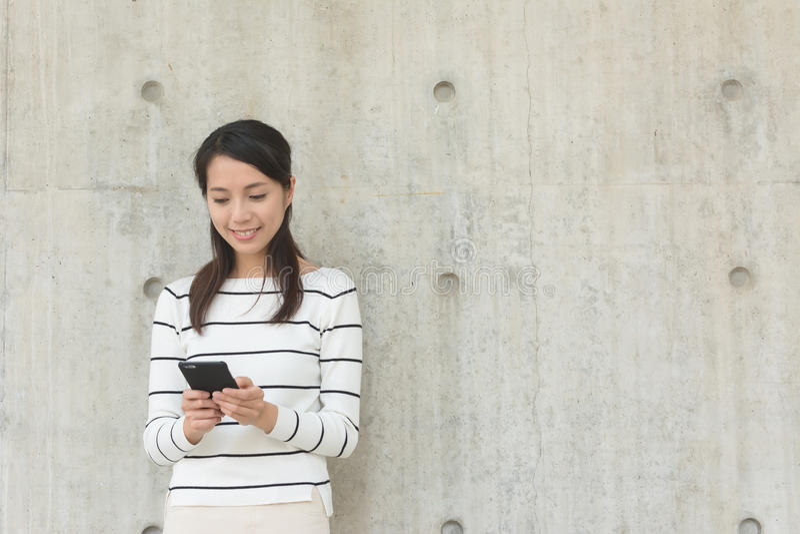 Kvinnabruk av mobilen royaltyfria foton