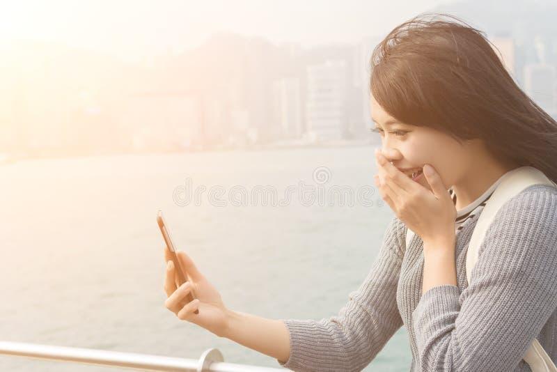 Kvinnabruk av mobiltelefonen royaltyfri fotografi