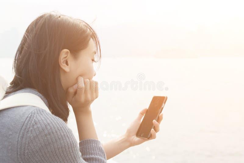 Kvinnabruk av mobiltelefonen royaltyfria foton