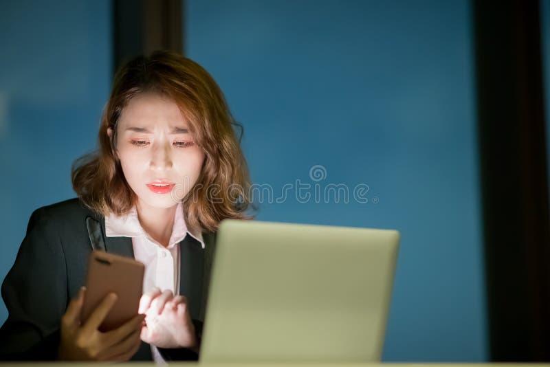 Kvinnabrukstelefon och anteckningsbok fotografering för bildbyråer