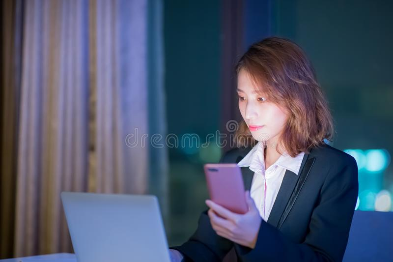 Kvinnabrukstelefon och anteckningsbok arkivfoton