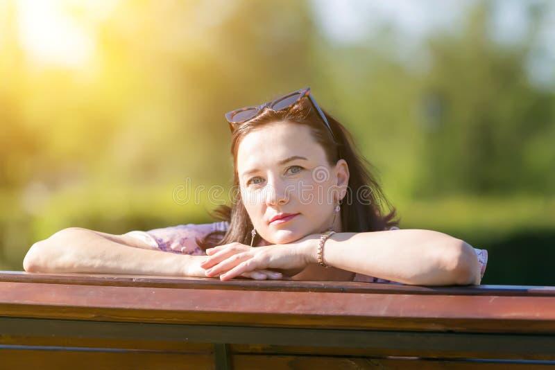 Kvinnabrunett 35-40 år myndig närbild arkivbilder